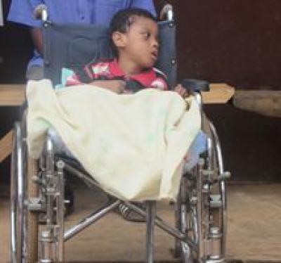 Un enfant handicapé dans l'espoir de pouvoir remarcher